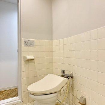 温水洗浄機付きのトイレ※写真はクリーニング前のものです