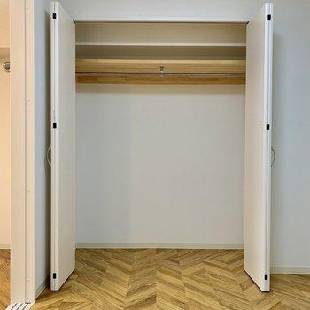 【洋室】丈の長い服も掛けられる高さの収納です