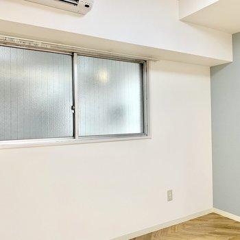 【洋室】大きめの窓で空気の入れ替えもしっかりできます