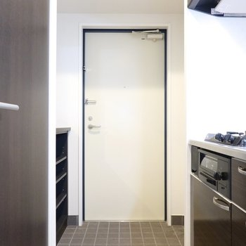 玄関はタタキが広めに確保されています。(※写真は2階の同間取り別部屋のものです)