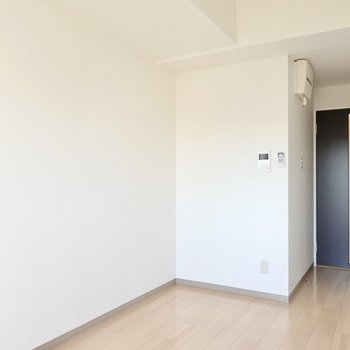 洋室は8.2帖と少し広め。お部屋の隅に集中できるワークスペースも作れます。(※写真は2階の同間取り別部屋のものです)