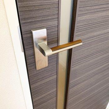 ドアの取手が半透明なベッコウ色でかわいい◎