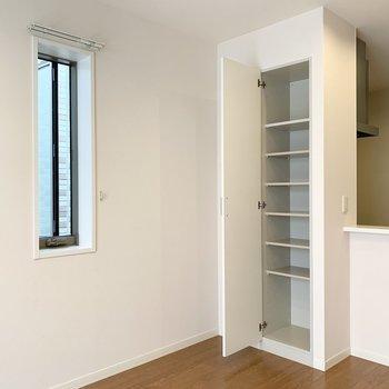 角部屋なのでサイドにも小窓があります。キッチン裏には可動棚のリビング収納。