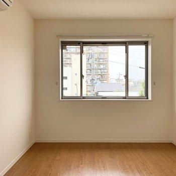 【洋6】アクセントクロスと横長窓が素敵なお部屋です。