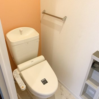 おトイレは玄関脇に。オレンジカラーが素敵◎