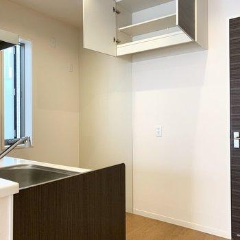吊り戸棚が後ろに設置されていて、対面キッチンの開放感と収納力を両立◎