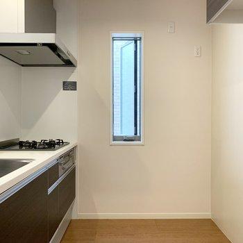 キッチンも小窓付。後ろの空間もゆったりですのでキッチン家電や食器もしっかり収まりますね◎