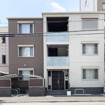 駅近の3階建鉄骨マンションの最上階のお部屋です。