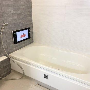 そして、こちらのお風呂。追焚き、浴室乾燥機だけでなく大きなTVが付いているんです!