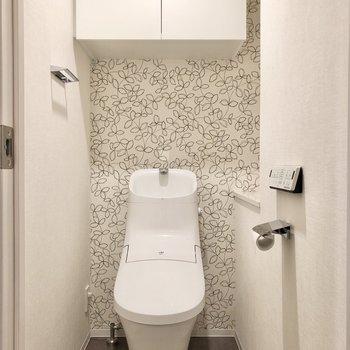 廊下戻って、左側の扉はトイレです。こちらの壁紙がかわいいんです。