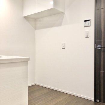 【LDK】キッチン後ろには収納と、冷蔵庫やレンジを置くスペースが。