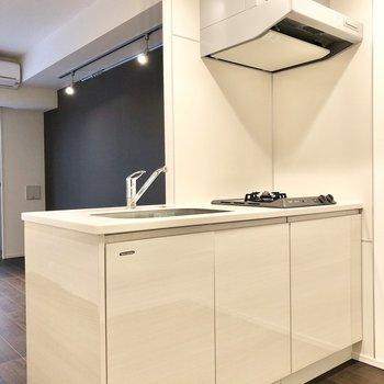 【LDK】ツヤツヤしたホワイトのキッチンです。