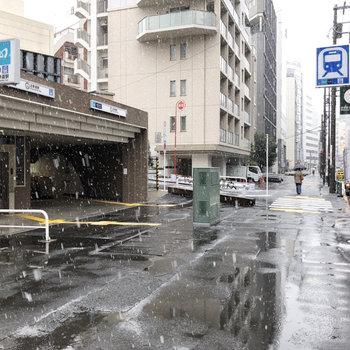 北参道駅前です。コンビニや飲食店があります。