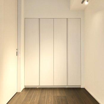 【洋室】ダウンライトのみで落ち着いた雰囲気を作るのもいいですね。