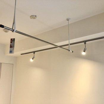 【洋室】ダウンライトと取り外し可能な室内物干しです。