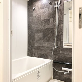 バスルームには浴室乾燥機、追い焚き機能付きです。