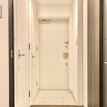 廊下へ出ましょう。右扉は…