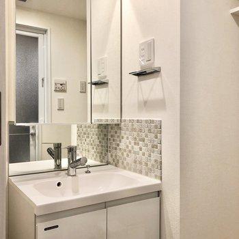洗面台にはコンセントもあるので朝の支度は楽々〜。