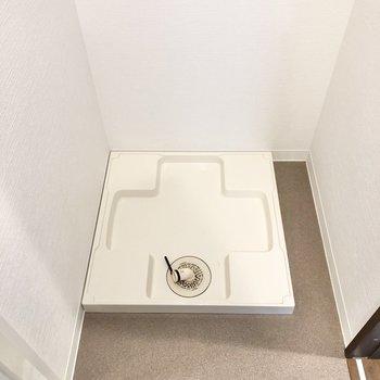浴室の手前に洗濯機置き場があります。