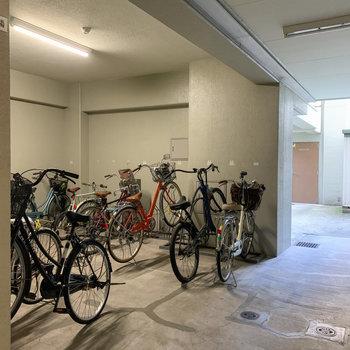 自転車置き場は建物内です。※要空き確認