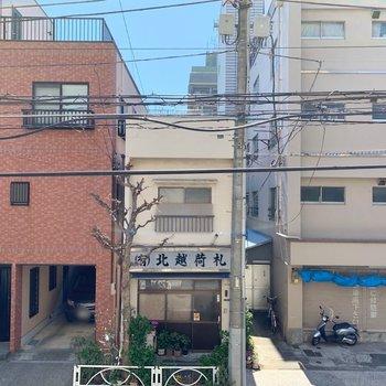 正面は、建物と青空もちらっと見えます。