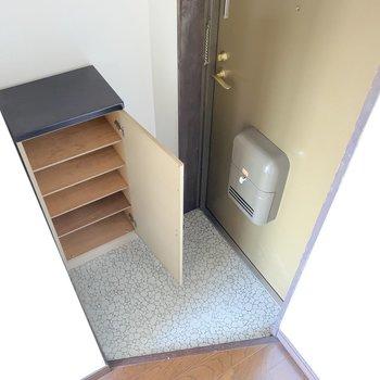 玄関はちょっと狭め。靴箱を増設しても◎(※写真は同間取り8階のお部屋です)