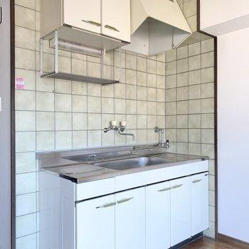 キッチンにはしっかり棚も!コンロは持ち込みましょ。(※写真は同間取り8階のお部屋です)