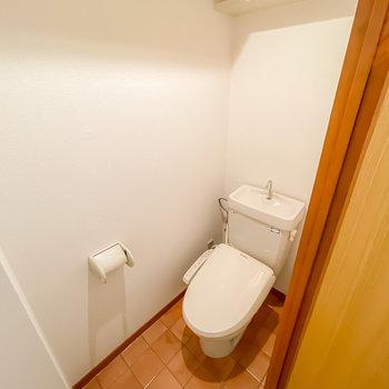 トイレはウォシュレット付きに。テラコッタ調の床が素敵だな〜。