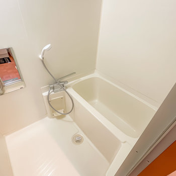 お風呂はシンプルですが水栓が新しくなっていますよ。