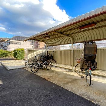 そこから通路を奥に行くと、屋根付きの駐輪場があります。