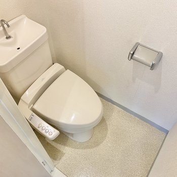 温水洗浄付のトイレ。上部には棚もついていますよ。