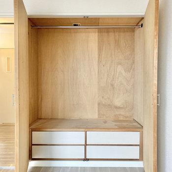 【洋室①】ハンガーポールのついた収納。引き出しもありますよ◯