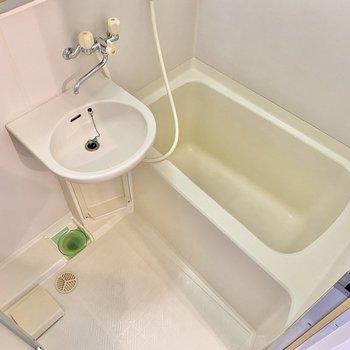 浴室は標準サイズ。鏡には収納もついているのでスッキリ片付きそう。