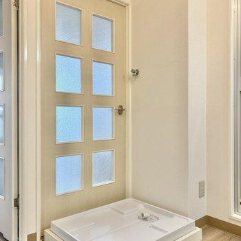 洗濯機置き場はあるので、この扉は使えないみたい。ユニーク!