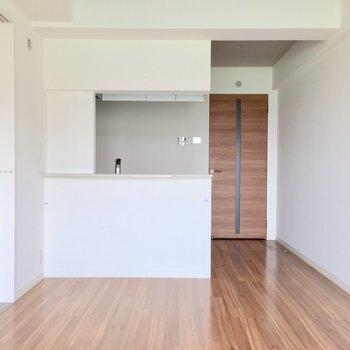 対面式のキッチンだから生活動線が確保しやすい。(※写真は5階の同間取り別部屋のものです)