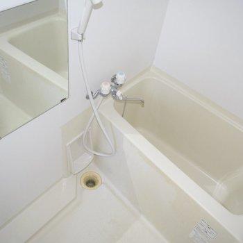十分な広さがある、清潔感溢れるお風呂場。 ※この写真のみフラッシュをたいています