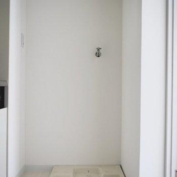洗濯機はキッチンの隣に。 ドアを閉めれば洗濯機の音も軽減されるところが良い…!