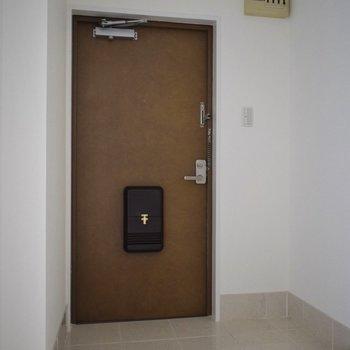 広い玄関には、背の低い靴箱を置いて、 その上に鍵やアクセ、お花なんか置いちゃおう。