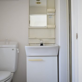 収納が多い洗面所。 小窓のおかげで電気をつけなくてもこの明るさです!