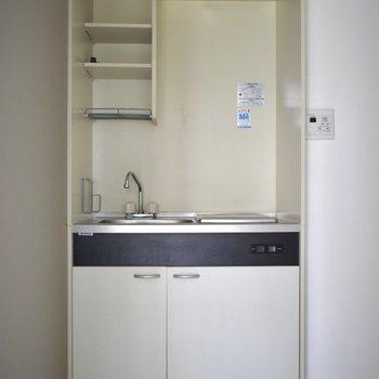 キッチンはコンパクトだけれど、収納スペースはありますね◎