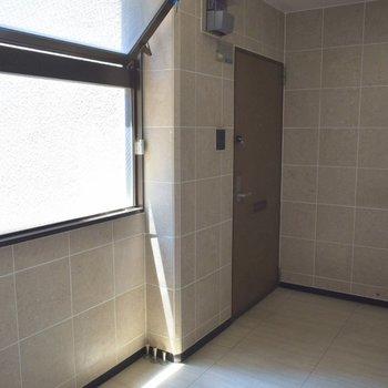 ここがこのお部屋、702の玄関です。 大きな窓から光が差し込みます。