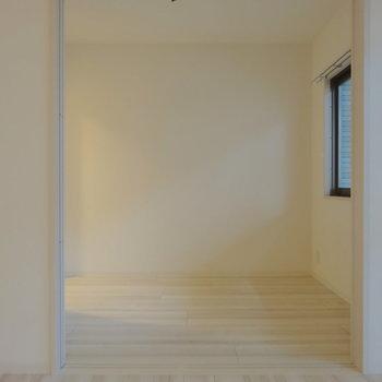 リビング横の居室もとっても明るくなりますよ〜(※写真は2階の同間取り別部屋のものです)