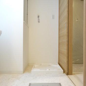 洗濯機置き場の横には便利な棚も。(※写真は2階の同間取り別部屋のものです)