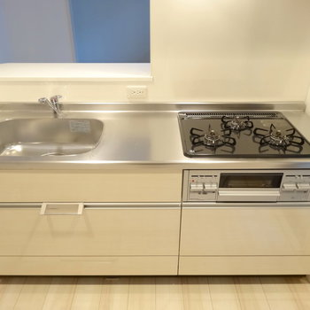 3口ガスの広々キッチンで気持ちよくお料理しましょう◎(※写真は2階の同間取り別部屋のものです)