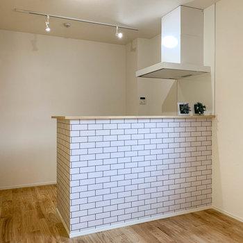 キッチン周りへ。後ろの壁沿いにコンセントが複数あるので、好きな位置に冷蔵庫が置けます。