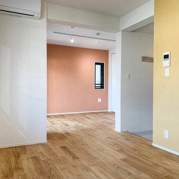 右に玄関、奥が間取り図の洋室です。