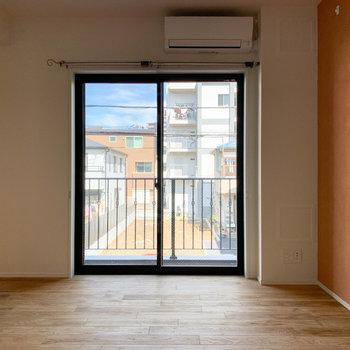 こちらの窓沿いにベランダがあります。