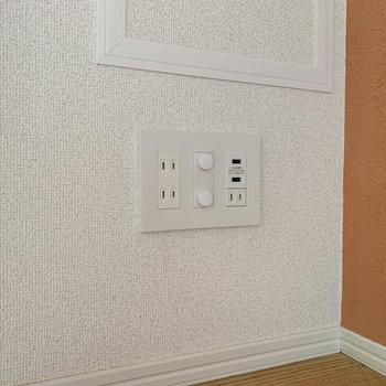 【ディティール】ベッドルームのコンセントはスマホの充電しやすい作り。