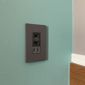 【ディティール】洋室のコンセントはスマホの充電しやすい作り。
