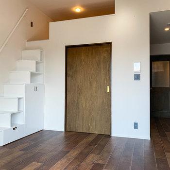 【LDK】窓側から。木の扉は洋室、右にキッチンがあります。